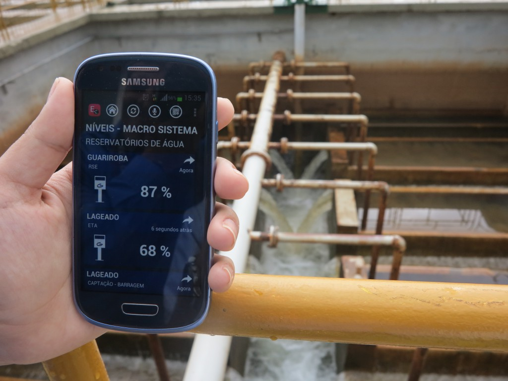 A controller monitors the reservoirs' water level via Elipse Mobile from a smartphone