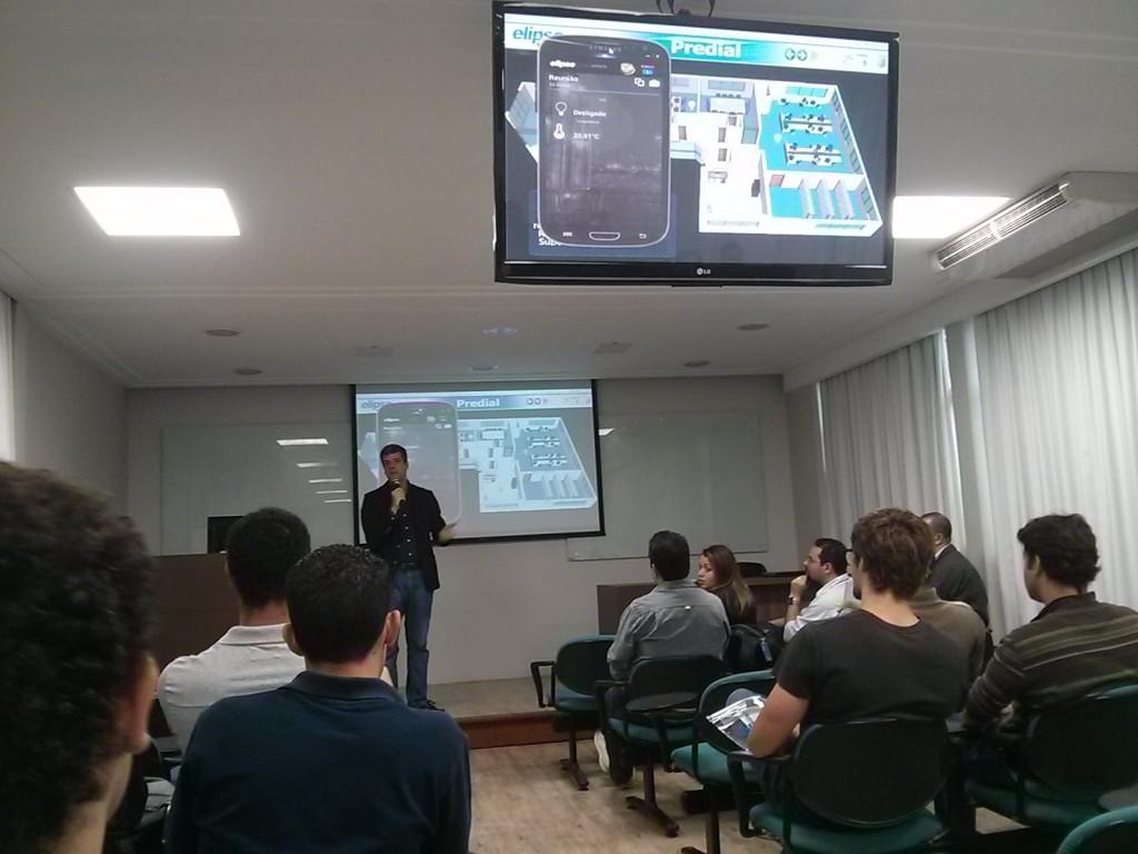 Alexandre Balestrin Corrêa, diretor de desenvolvimento da Elipse, acessando uma aplicação predial via o Elipse Mobile na palestra ministrada em Belo Horizonte