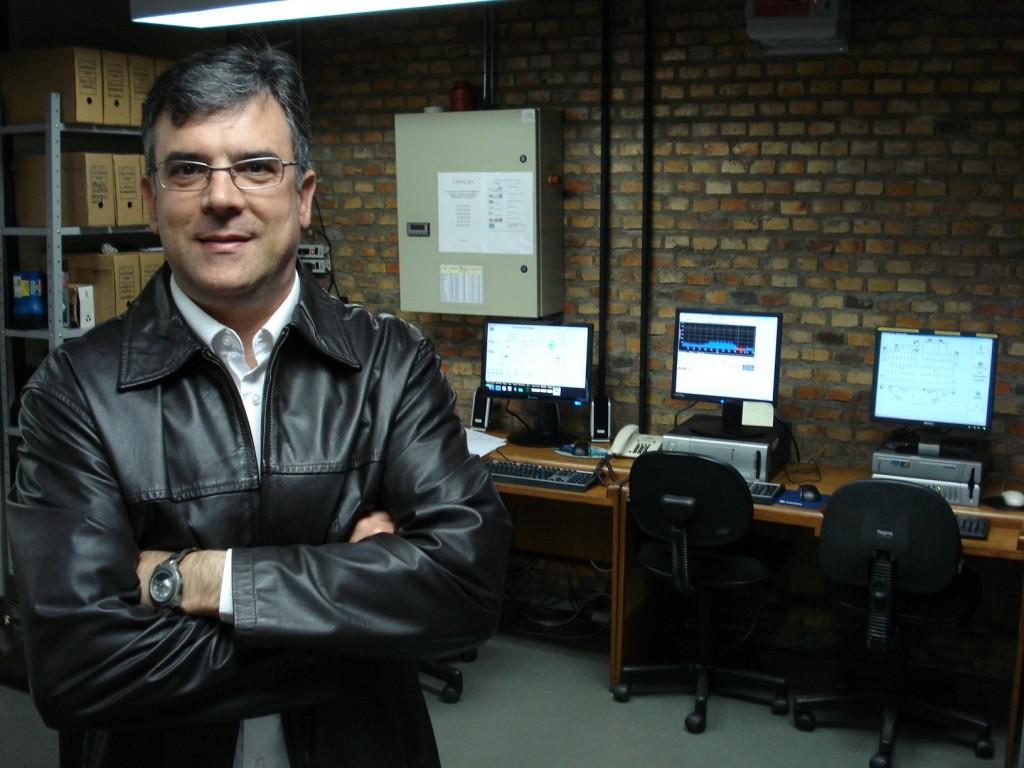 Lúcio Barbiero em frente aos computadores do centro de operações