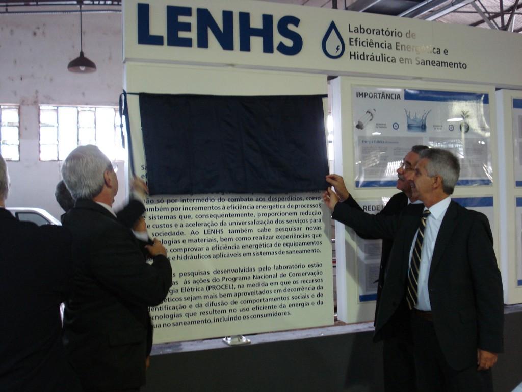 Momento que marcou o descerramento das placas comemorativas à inauguração do laboratório. Na frente e mais à direita, Perrone