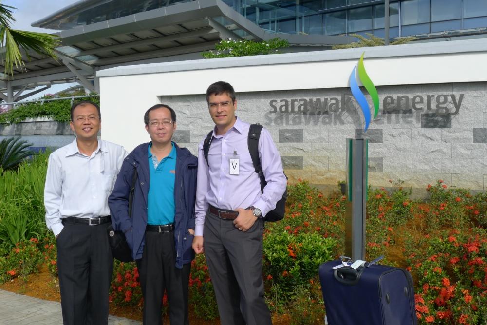 C. Y. Tan, presidente da parceira ExcelNex Malaysia, ao lado de Evan Liu e Marcelo Salvador em frente à Sarawak Energy, na Malásia