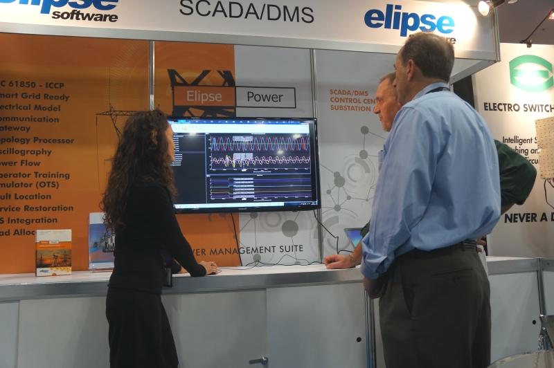 Cláudia Messias mostrando a ferramenta de análise oscilográfica do Power HMI e DMS