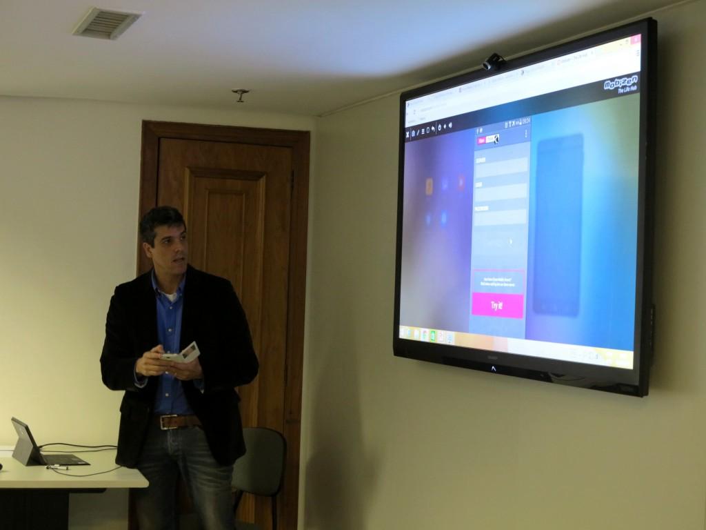 Alexandre Balestrin Corrêa mostrando a tela de login e senha de acesso ao Elipse Mobile