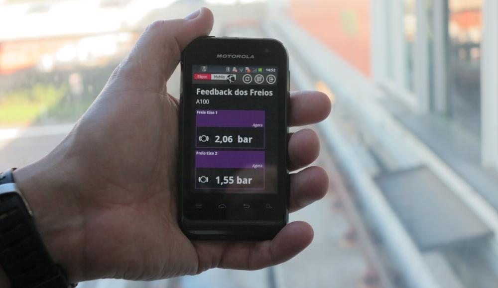 Figura 1. Nunes monitorando a pressão do sistema hidráulico dos freios do Aeromóvel através de seu celular via Elipse Mobile