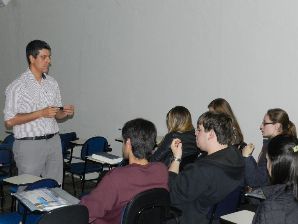 Alexandre Balestrin Corrêa falando sobre a utilidade das novas tecnologias na vida das pessoas aos estudantes da UCPel