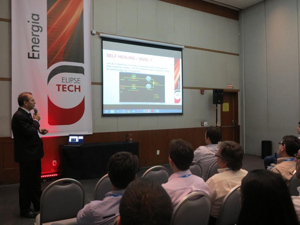 João de Souza explicando o funcionamento das tecnologias Self-Healing
