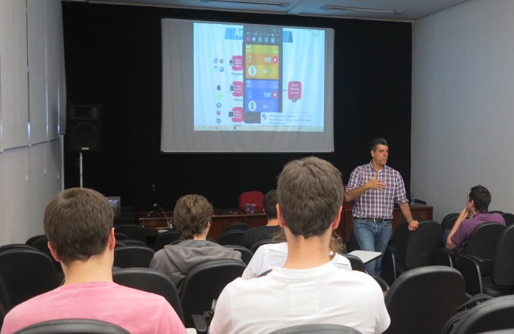 Corrêa demonstrando como o Elipse Mobile permite efetuar comandos via celular na Unisinos