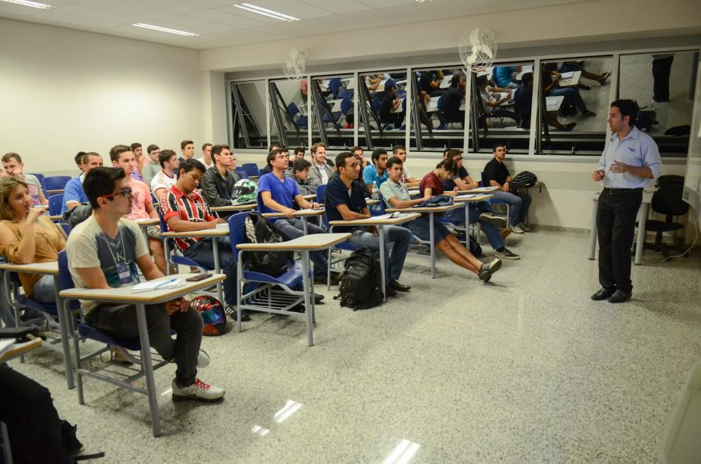 Marco Antonio palestrando sobre sistemas SCADA para os alunos da Facens