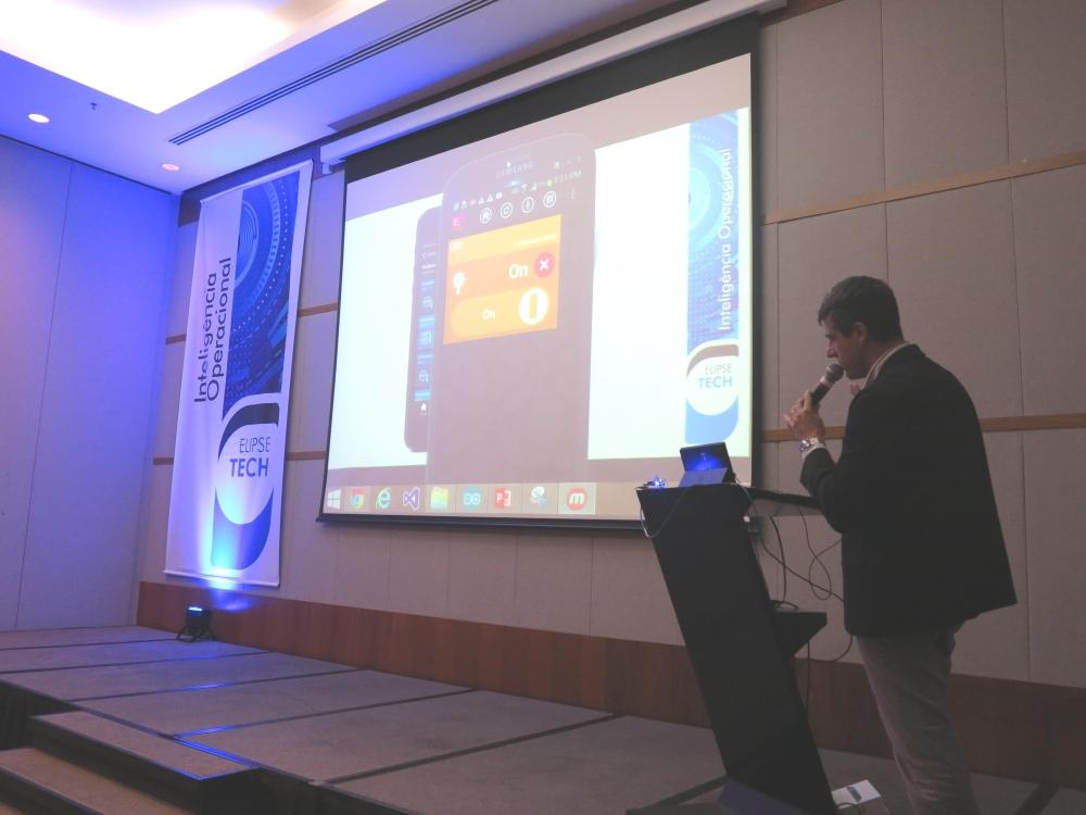 Corrêa demonstrou como o Elipse Mobile permite efetuar comandos, via qualquer smartphone, sobre uma plataforma Arduino