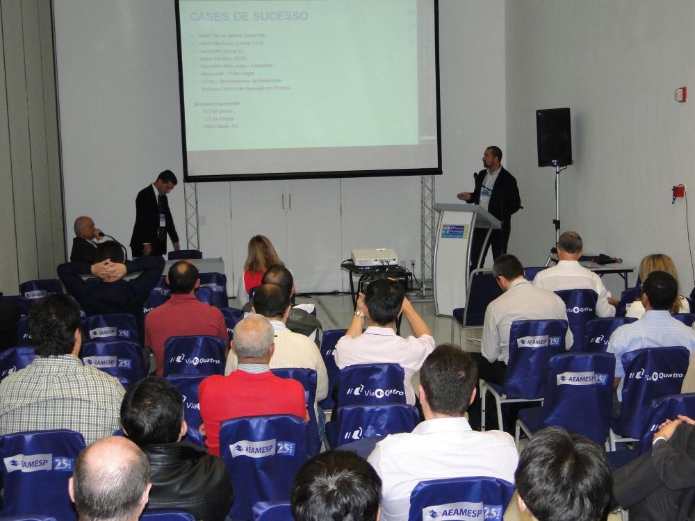 Samir Lima e Gustavo Salomão (ambos de pé) apresentaram as soluções da empresa para o setor metroferroviário