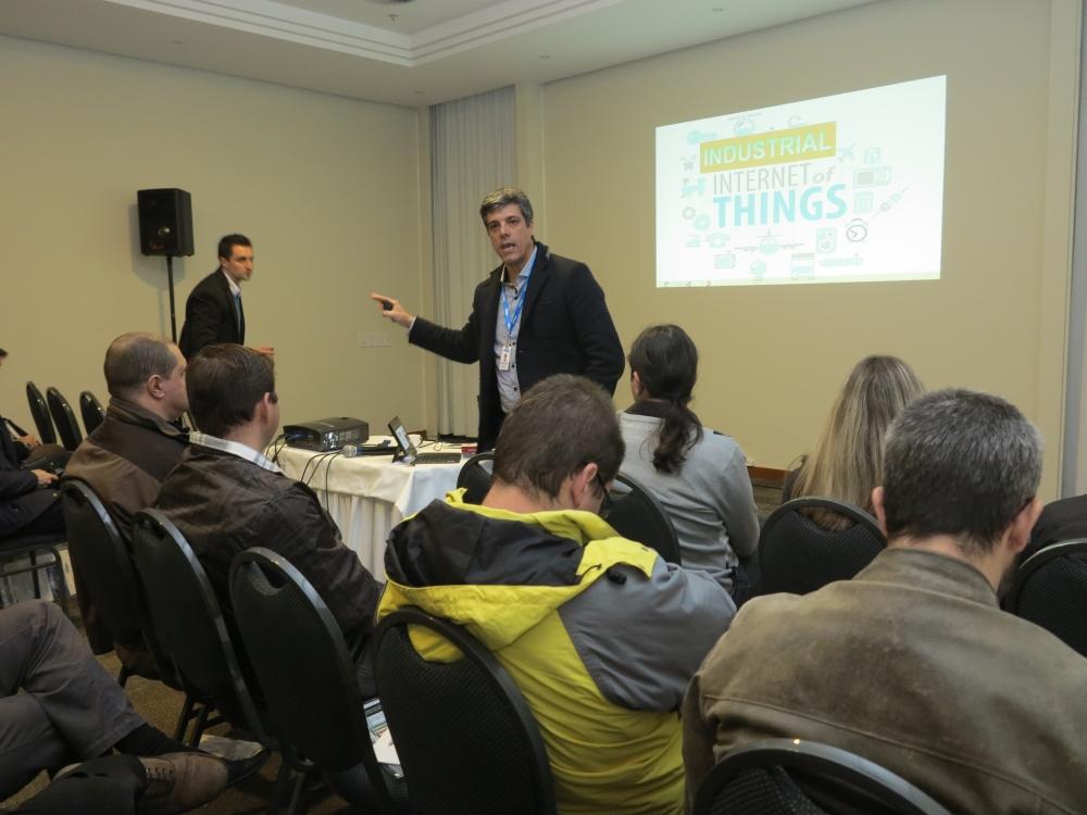 Figura 2. Alexandre Balestrin Corrêa, diretor de desenvolvimento da Elipse, apresentou algumas das diferentes tecnologias IIoT aos participantes