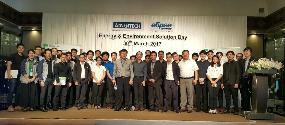 De camisa e calça escuras, mais ao centro e na frente, Evan Liu, gerente da Elipse em Taiwan. Logo a sua esquerda, Axel Chou, gerente de projetos da Advantech. Primeiro à direita, Mr. Weson, diretor da EATECH