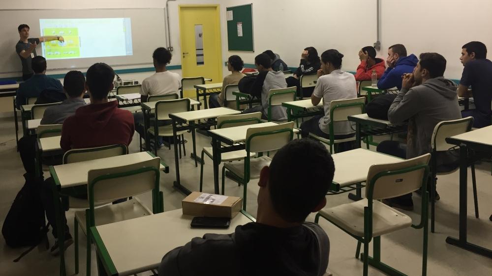 Maurício Simões Posser palestrando para os alunos de automação da Fatec