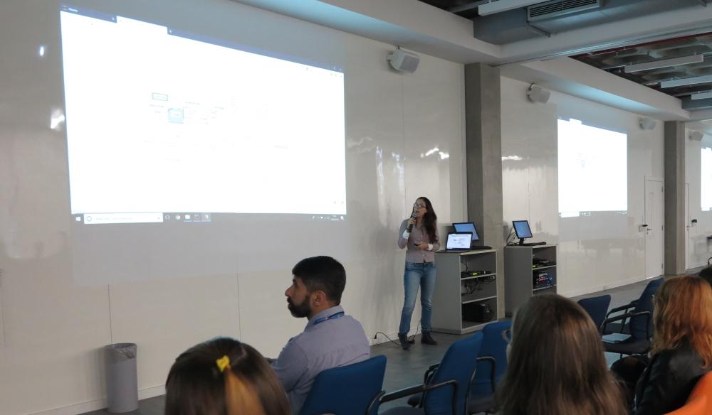 Andressa Apio explicando como a integração Python e Modelica permite modelar sistemas físicos complexos