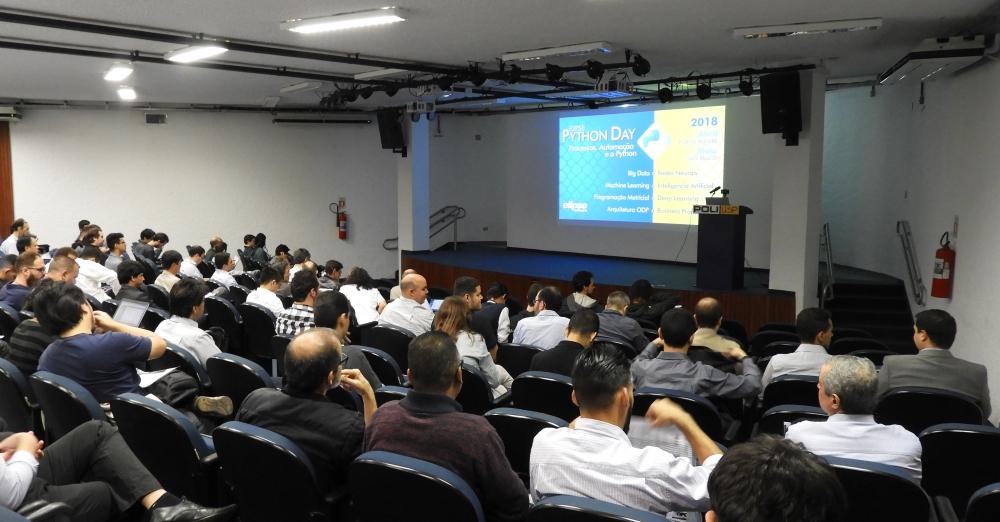 Em torno de 130 pessoas compareceram no evento, divididos entre estudantes, professores e profissionais de automação e engenharia