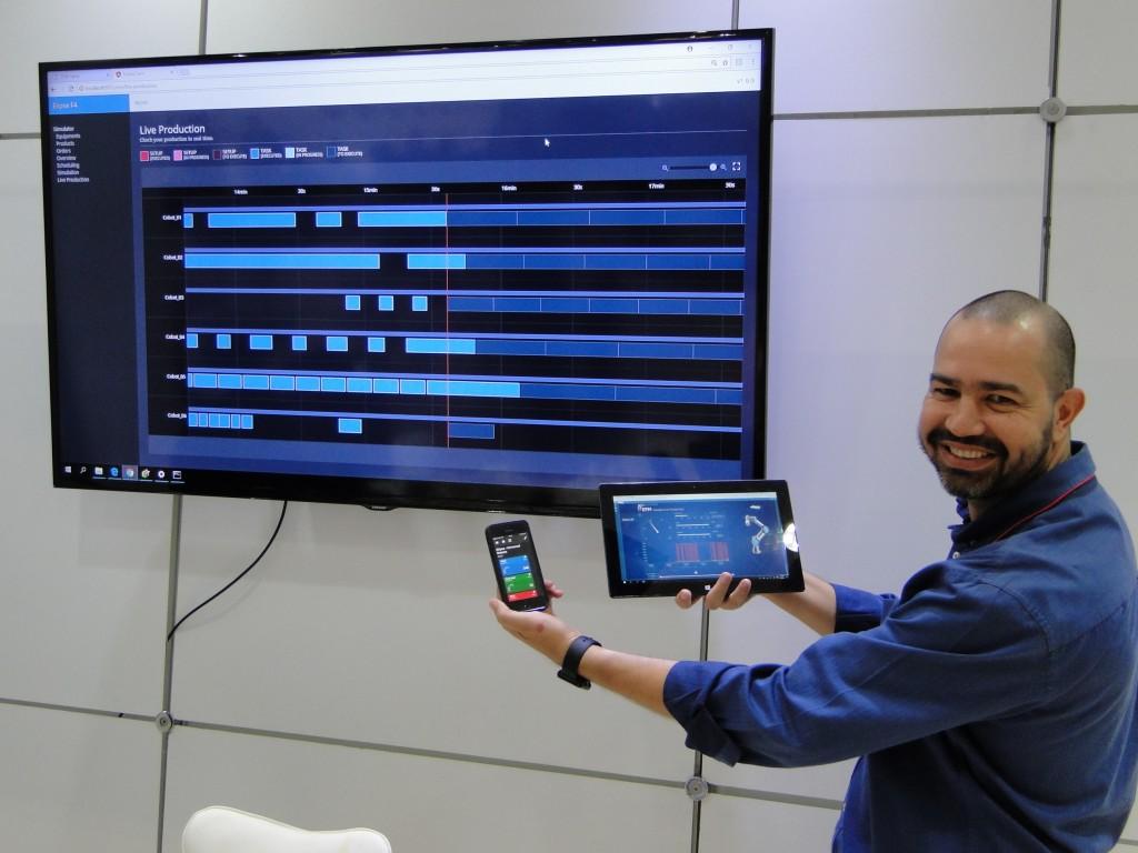Gustavo Salomão, Gerente da Elipse-SP, exibindo o F4 em diferentes plataformas na feira (Foto: C&I)