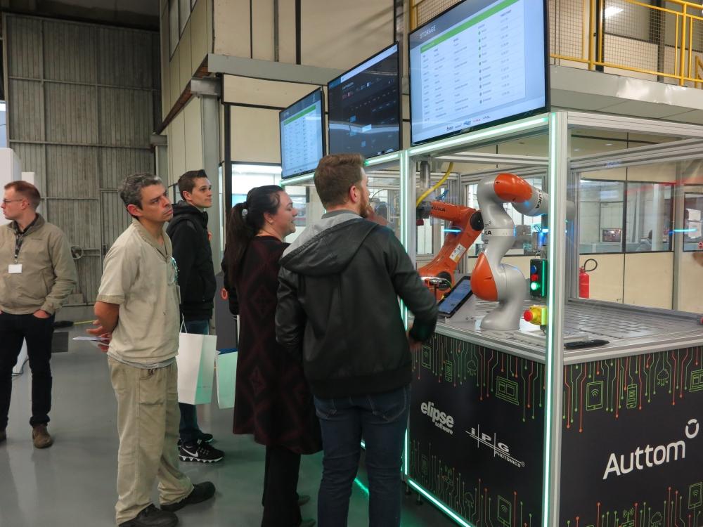 Visitantes acompanham a fabricação de seus chaveiros na célula de manufatura apresentada pela Elipse