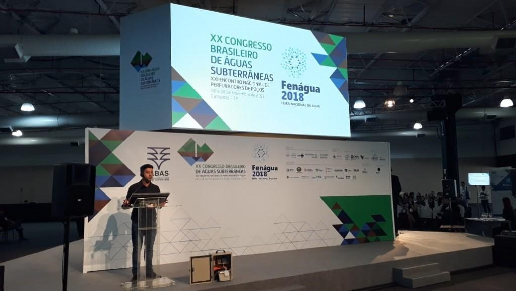 Bruno Miqueias de Melo apresentando a solução que usa o Elipse E3 no congresso